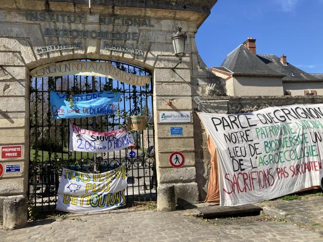 Les étudiants d'AgroParisTech organisent le blocus de leur école sur le domaine de Grignon (Yvelines), mercredi 24 mars.