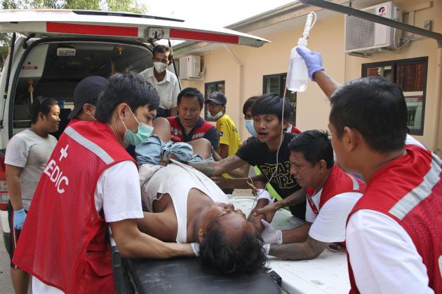 Un hombre herido está siendo trasladado en ambulancia el 27 de marzo en el distrito Lata de Rangún.