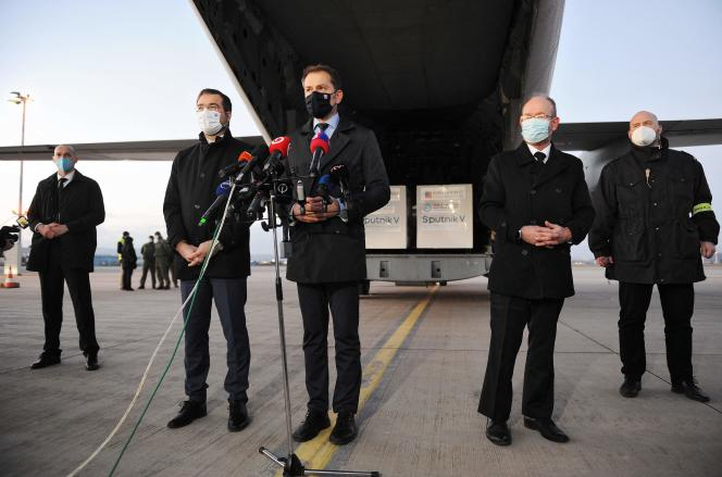 Le Premier ministre slovaque Igor Matovic (au centre), après l'arrivée des doses de vaccin russe par avion, à l'aéroport de Kosice (Slovaquie), le 1er mars.