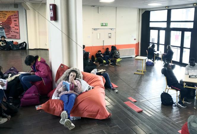 Des élèves se reposent, lisent ou travaillent au centre de l'Agora, un espace original de passage et de détente, au collège La Justice à Cergy-Pontoise (Val-d'Oise).