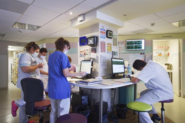 Dans l'îlot central, entre les salles de naissance, de réanimation et le bloc opératoire, le 19mars. L'équipe en service de jour fait le point sur l'évolution des quatre accouchements en cours ce jour-là.