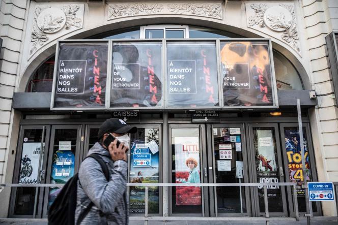 Devant un cinéma fermé à Nogent-sur-Marne (Val-de-Marne), le 25 mars.