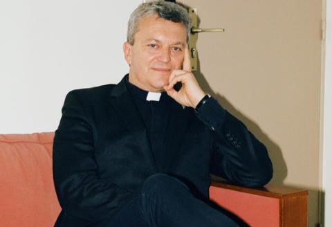 Portrait de Benoist de Sinéty, prêtre à Paris dans son bureau Rue des Ursins, photographié le jeudi 25 mars 2021