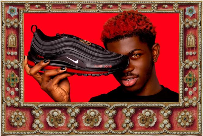 Le rappeur américain Lil Nas X présente les Satan Shoes, créées avec la société MSCHF.