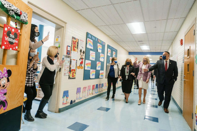 Miguel Cardona, le ministre de l'éducation originaire de Porto Rico, dans une école de Meriden (Connecticut), avec à sa gauche, Jill Biden, la First Lady, le 3 mars 2021.
