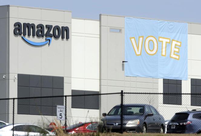 Devant l'entrepôt Bessemer Amazon, le 30 mars.