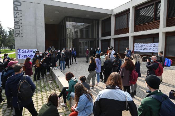 Des étudiants manifestent contre l'islamophobie devant le campus de Sciences Po Grenoble, à Saint-Martin-d'Hères (Isère), le 9 mars.