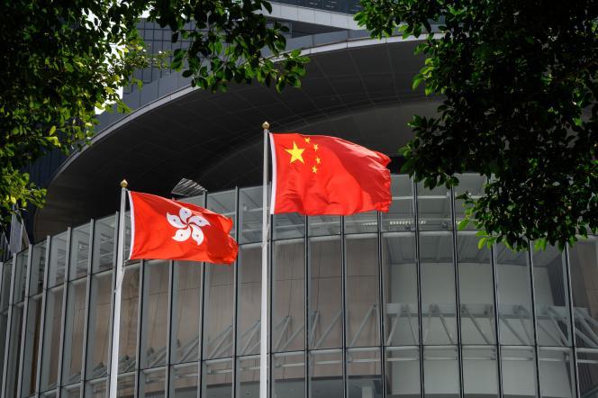 Drapeaux de Hongkong et de la Chine devant le LegCo, le 30 mars 2021 à Hongkong.