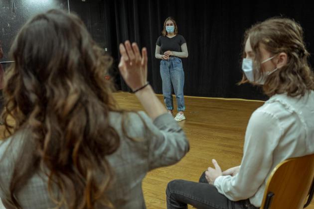 Lors d'une préparation au « grand oral» du bac, une élève doit convaincre le public de trois choses sur sa vie dont une est inventée, au lycée George-Sand de Domont (Val-d'Oise), le 4 mars.