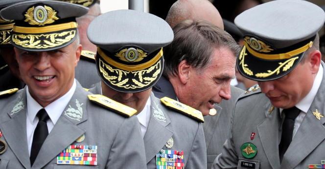 Le président brésilien Jair Bolsonaro assiste à une cérémonie militaire le 1er décembre 2018 à Resende, au Brésil.