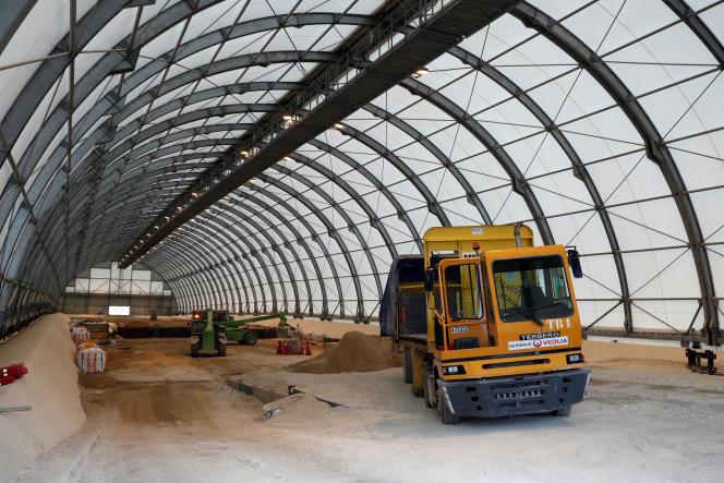 Des pelles versent du sable sur des déchets radioactifs de très faible activité stockés dans une structure du centre industriel de collecte, d'entreposage et de stockage (CIRES) géré par l'Agence nationale pour la gestion des déchets radioactifs (Andra) à Morvilliers, le 15 mars 2019.