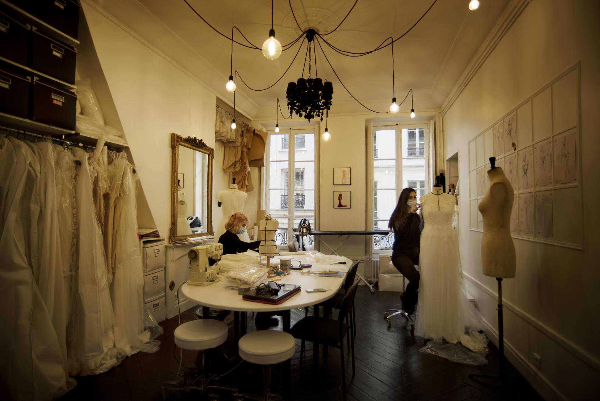 Dans l'atelier de la maison de couture Galatée, créatrice de robes de mariées, à Paris, le 23 mars.