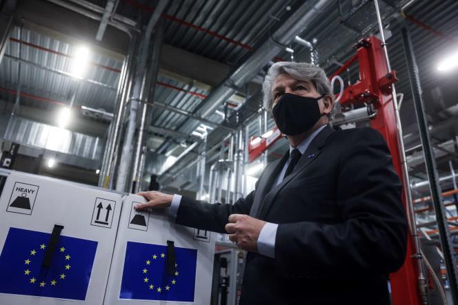 Le commissaire européen au marché intérieur, Thierry Breton, à l'usine Pfizer de Puurs, en Belgique, le 22 février 2021.