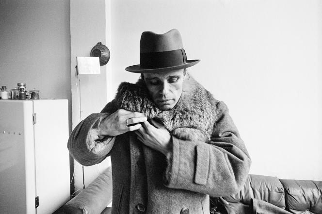Joseph Beuys avant d'exécuter sa performance «Celtic», à Bâle, le 5avril1971.