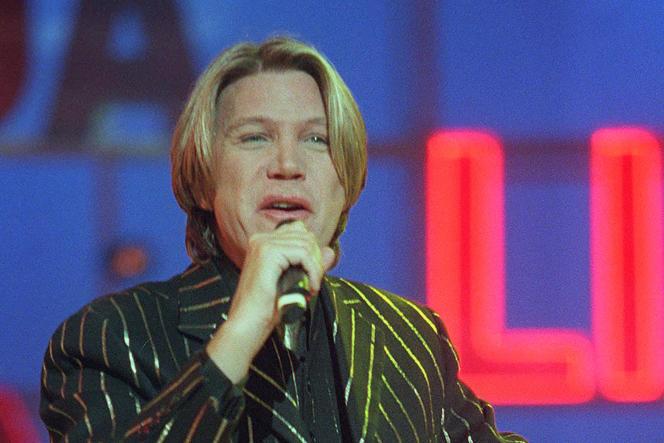 Le 14 avril 1997, le chanteur suisse Patrick Juvet lors d'un concertà l'Olympia, à Paris.