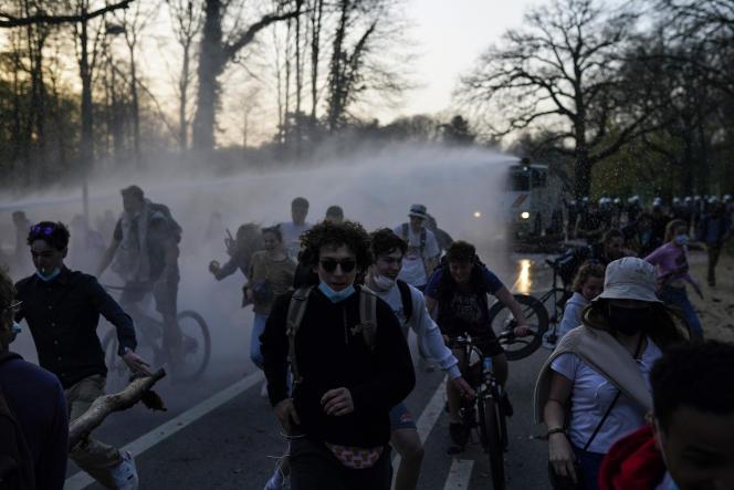 Policías con equipo antidisturbios irrumpieron en una manifestación el 1 de abril y sacaron a cientos de manifestantes en camión.