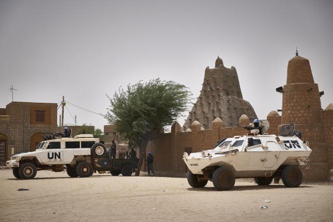 وسایل نقلیه سازمان ملل متحد در مقابل مسجد سنکور در تیمبوکتو ، 31 مارس 2021 ، به مناسبت دیدار فاتو بنسود ، دادستان کل دادرسی کیفری بین المللی