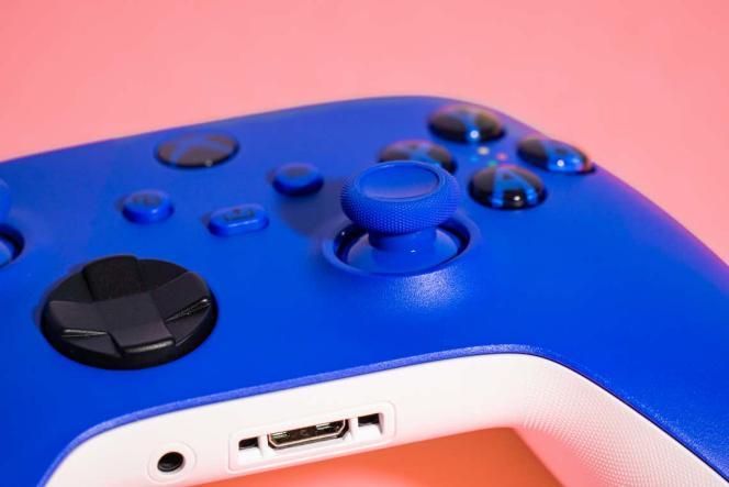 Le rebord en caoutchouc rugueux des sticks analogiques de la manette Xbox est moins confortable dans le cas de sessions de jeu prolongées.