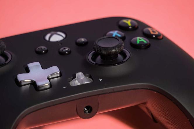 Le contrôleur Xbox de PowerA dispose d'une surface en caoutchouc rigide et striée au niveau des joysticks qui s'avère inconfortable lors de longues sessions de jeu.