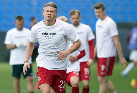 Norway's forward Erling Braut Haaland wears a t-shirt with the slogan 'Human rights, on and off the pitch' as he warms up before the FIFA World Cup Qatar 2022 qualification football match between Norway and Turkey at La Rosaleda stadium in Malaga on March 27, 2021. (Photo by JORGE GUERRERO / AFP)