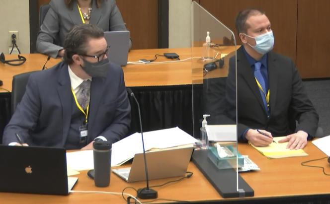 Capture d'écran d'une vidéo montrantl'avocat de la défense Eric Nelson (gauche) et l'accusé Derek Chauvin, à Minneapolis (Minnesota), le 2 avril.