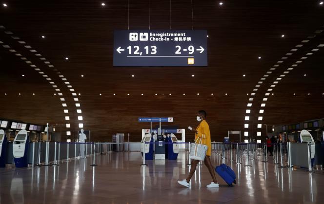 Une femme traverse le terminal 2E de l'aéroportCharles-de-Gaulle, à Roissy, près de Paris, le 2 avril 2021.