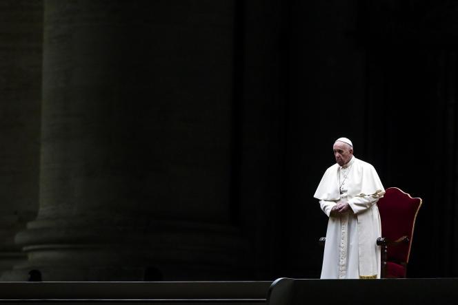 Le pape François a présidé, le 2 avril, sur la place Saint-Pierre, au Vatican, son deuxième chemin de croix d'affilée sans public.