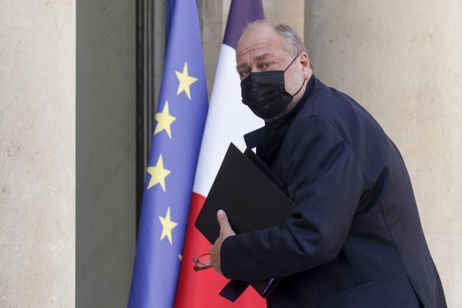 Le ministre de la justice Eric Dupond-Moretti part après une réunion hebdomadaire du cabinet à l'Elysée, à Paris, le 31 mars 2021.