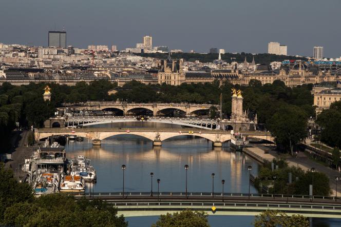 Les ponts de l'Alma, des Invalides, Alexandre III et de la Concorde sur la Seine, à Paris, en avril 2020.