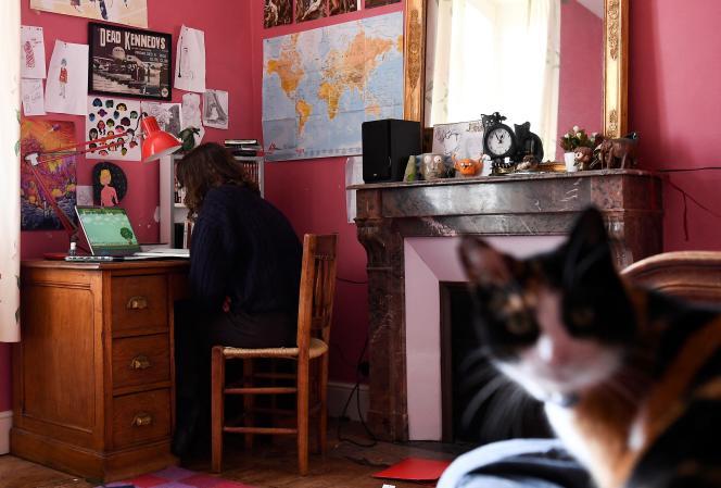 Une lycéenne passe un test en ligne à son domicile de Chisseaux près de Tours (Indre-et-Loire), le 27 mars 2020, au onzième jour du premier confinement.
