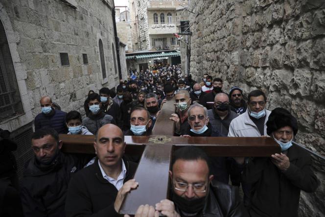 Une procession vers l'église du Saint-Sépulcre, lors du Vendredi saint, àJérusalem, le 2avril.