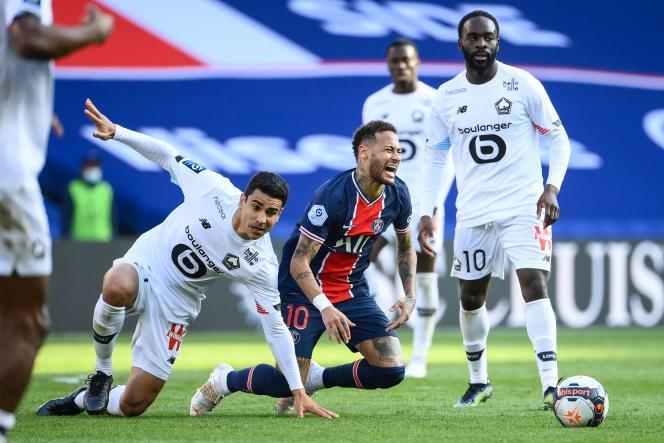 Le Lillois Benjamin André à la lutte avec le Parisien Neymar.