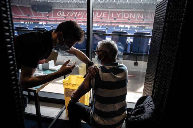 Un patient reçoit une injection d'un vaccin contre le Covid-19 dans le stade de l'Olympique lyonnais.