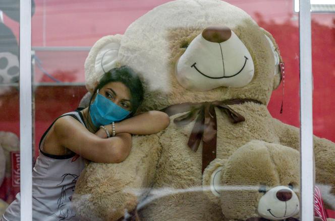 Une vendeuse se repose dans un magasin de jouets à Erevan, le 28 mai 2020.