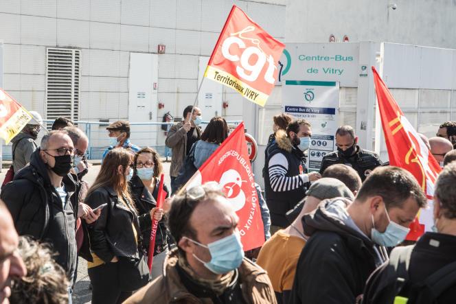Rassemblement de salariés de la RATP, en soutien à un élu syndical menacé de licenciement, à Vitry-sur-Seine (Val-de-Marne), le 2 avril.
