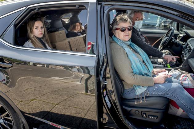 Sur l'aire d'autoroute de Solaize, près de Lyon, le 3 avril. Maryvonne et Robert vivent dans le département de l'Aube, ils partent à Palavas-les-Flots (Hérault) avec leurs petites-filles, Camille et Alice-Anne, pour y passer le confinement.