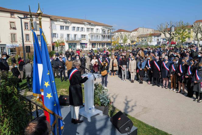 Marie-Hélène Thoraval lors de son discours d'hommage aux victimes de l'attaque au couteau qui a coûté la vie à deux personnes le 4 avril 2020, àRomans-sur-Isère.