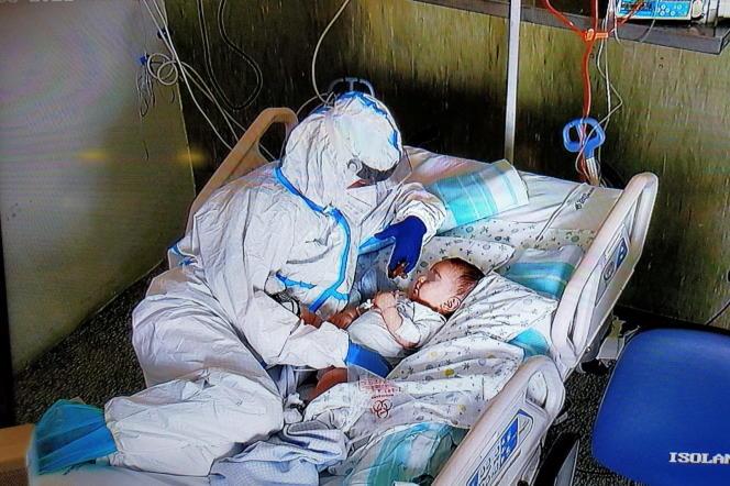 Il 22 marzo 2021, un'infermiera offre conforto a un bambino di 7 mesi al Chelsea Hospital di Angona, a seguito di un'operazione a causa delle restrizioni relative al governo 19.