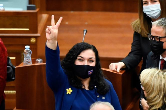 La présidente nouvellement élue du Kosovo, Vjosa Osmani, réagit après avoir prêté serment lors d'une session parlementaire à Pristina, le 4 avril 2021.