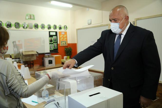 Le premier ministre bulgare, Boïko Borissov, dans un bureau de vote de Sofia (Bulgarie), le 4 avril.