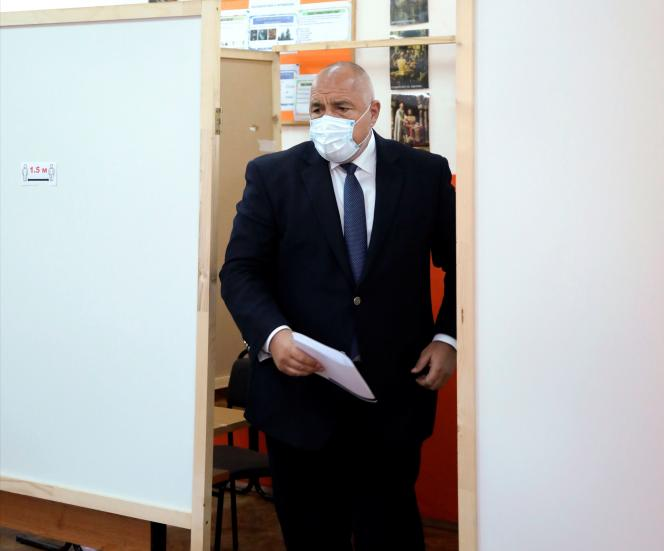 Le premier ministre bulgare Boïko Borissov dans un bureau de vote de Sofia, en Bulgarie, le 4 avril.