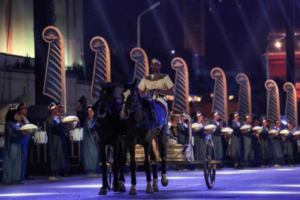 Dans une lumière bleue, la procession a quitté le musée centenaire, sous les battements des tambours et sur fond de musique symphonique.