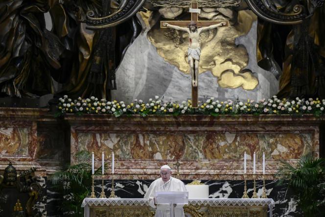 El Papa Francisco, pocos minutos antes del inicio de su bendición en la Basílica de San Pedro en el Vaticano, el domingo 4 de abril.