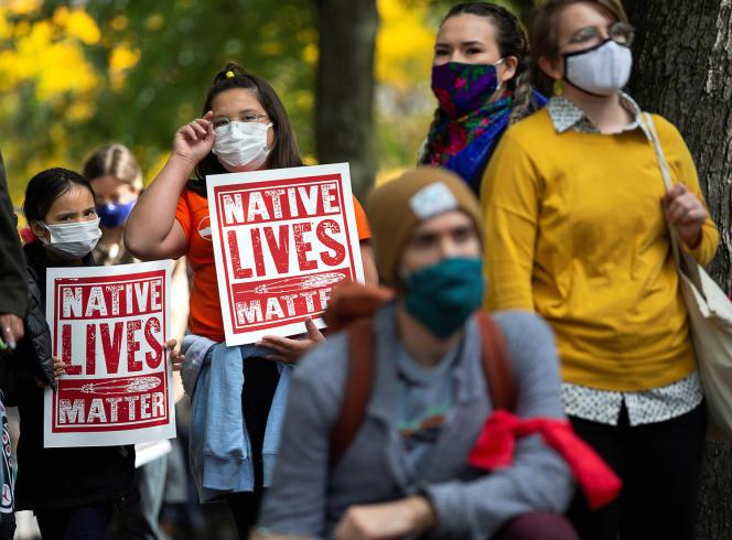 Des panneaux « Native Lives Matter » (« la vie des autochtones compte ») brandis lors d'une manifestation antiraciste, à Montréal, le 3 octobre 2020.
