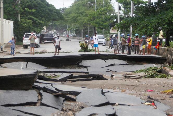 Jalan rusak akibat banjir menyusul hujan lebat di Timor Timur, Delhi pada 5 April.