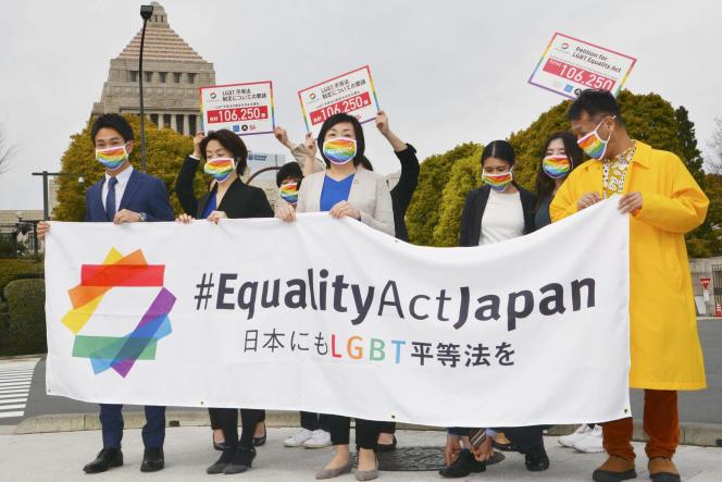 Des militants LGBTQ manifestentdevant le parlement avant de soumettre une pétition au parti au pouvoir pour l'égalité des droits, à Tokyo, le 25 mars.