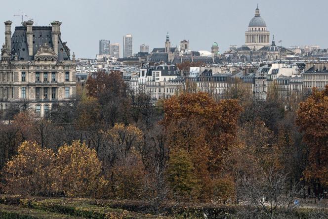 Le musée du Louvre, à gauche, à Paris,le 16 novembre 2020.