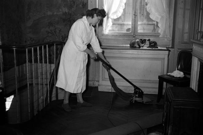 Une employée de maison s'active chez son employeur, en janvier 1950, à Paris.