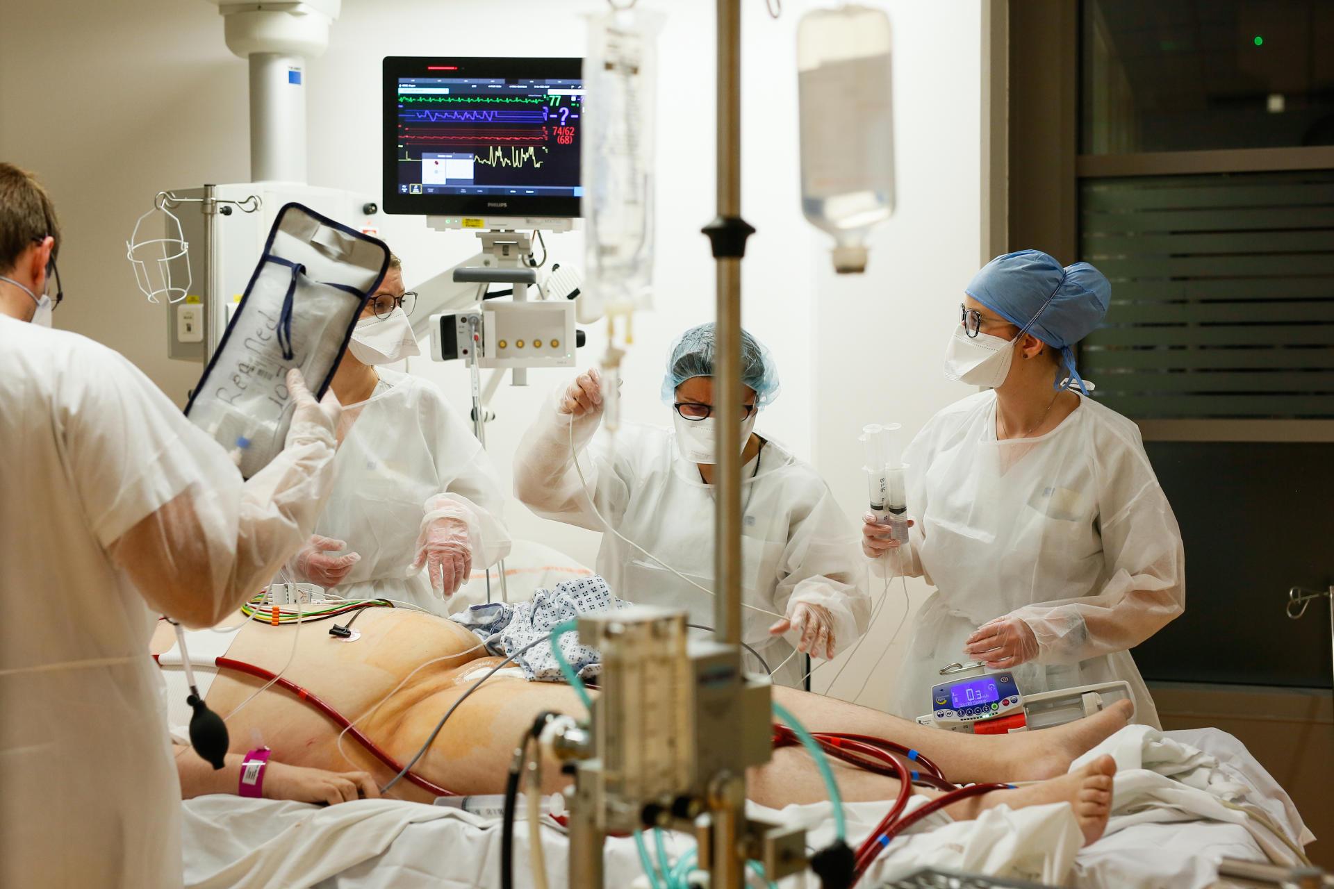 Les équipes médicales s'affairent pour gérer au mieux l'arrivée d'un patient atteint du Covid-19, en situation critique, en provenance de Saint-Avold, le 3 avril 2021.