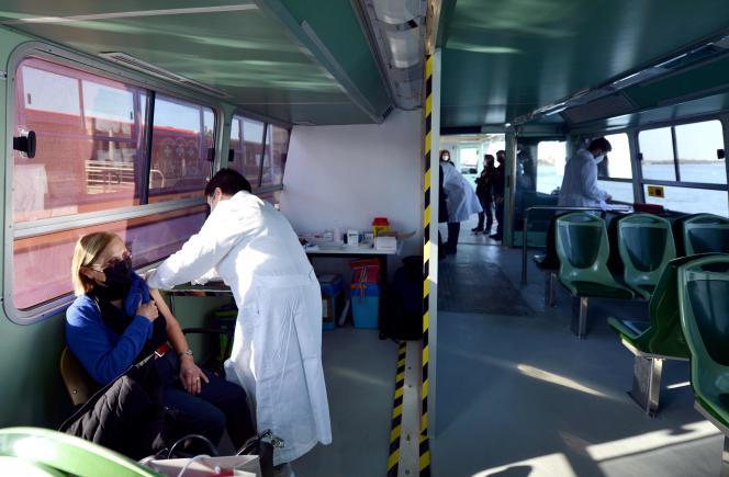 Vaccination à bord d'un vaporetto, le 5 avril à Venise.